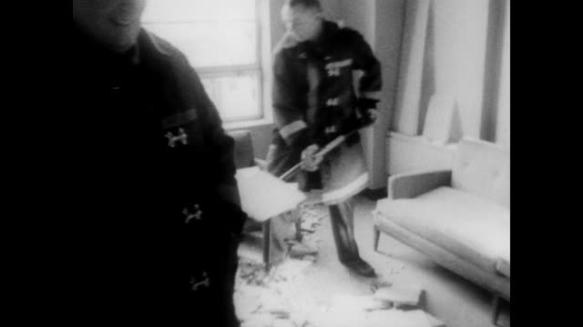 vidéos et rushes de of yugoslavian embassy in washington dc / embassy wall plaque / men clearing away debris from a ground floor window after a bomb blast damages... - céramique