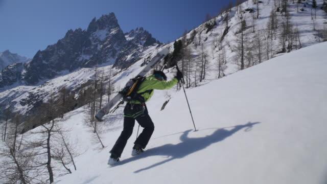 ws off piste skier climbing fresh snow slope/french alps - skijacke stock-videos und b-roll-filmmaterial
