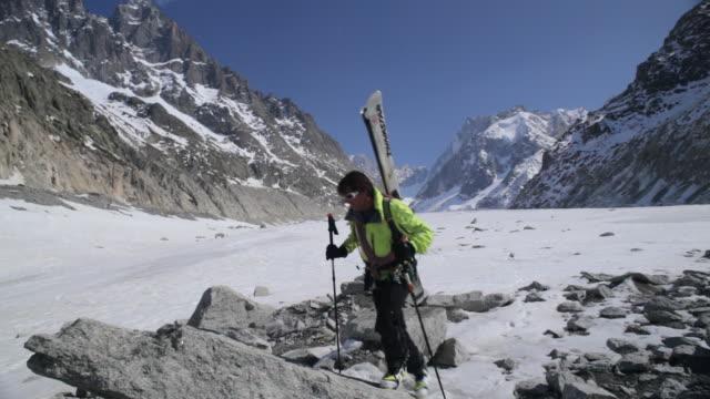 ws off piste skier resting on glacier/mer de glace/french alps - skijacke stock-videos und b-roll-filmmaterial