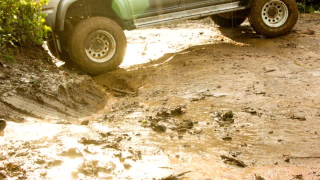 auto sulla strada con fango road. - gara off road video stock e b–roll