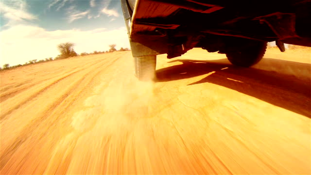 off road nel deserto in africa.   battistrada del pneumatico close-up. - strada in terra battuta video stock e b–roll