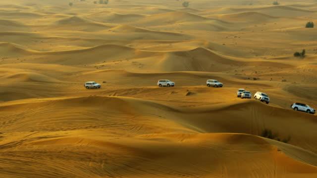 vidéos et rushes de off road tourist trip dubai desert sand dunes - impact