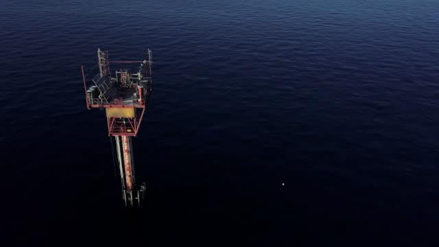vídeos y material grabado en eventos de stock de estación de gas natural de orilla en mar mediterráneo italiano - plataforma de construcción