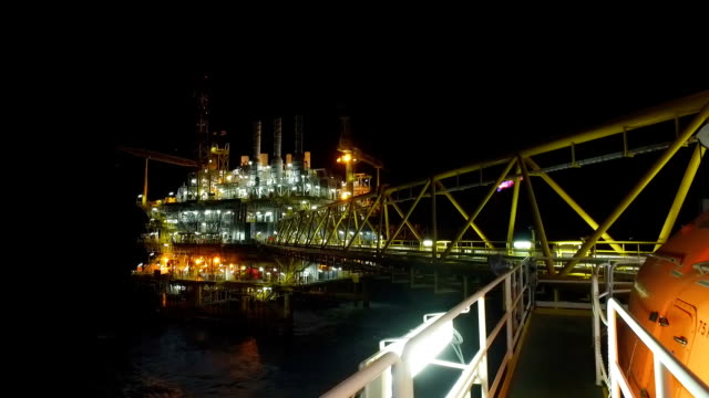 vídeos de stock, filmes e b-roll de fora de plataformas de petróleo shore à noite - plataforma marítima