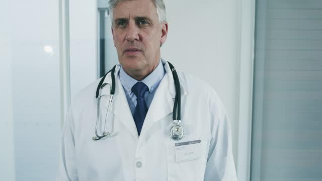 vídeos de stock e filmes b-roll de off to make his rounds - doutor