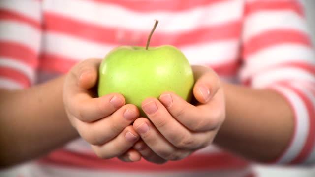 vidéos et rushes de hd : offrant une pomme - pomme