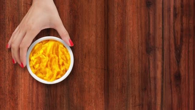 バターナットスカッシュピューレの提供 - ゆでつぶし点の映像素材/bロール