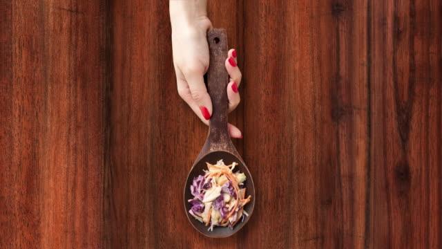 coleslaw サラダをご提供 - 茶色背景点の映像素材/bロール