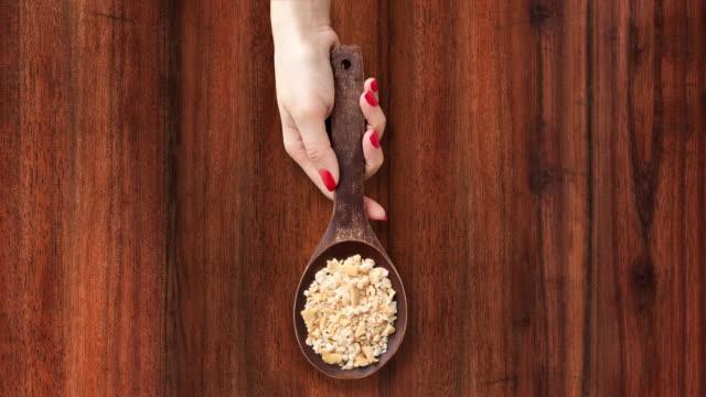 提供するクラッカーのパン粉 - 茶色背景点の映像素材/bロール