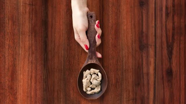 提供する乾燥生姜 - 茶色背景点の映像素材/bロール