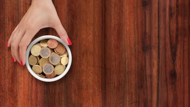 vídeos de stock e filmes b-roll de oferta de moedas em euros - segurar