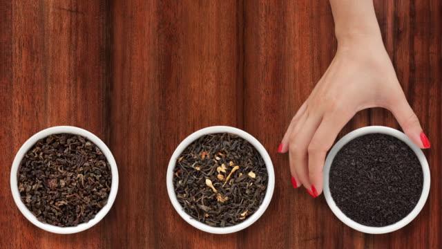 stockvideo's en b-roll-footage met het aanbieden van losse thee - kleine groep dingen