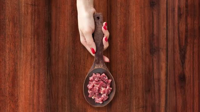 生を提供する赤身の肉をみじん切り - 茶色背景点の映像素材/bロール