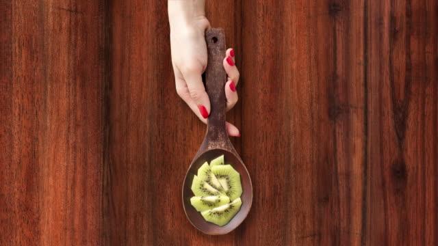 offering sliced kiwi - sfondo marrone video stock e b–roll
