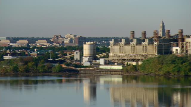 vidéos et rushes de low aerial office and industrial buildings seen across potomac river, alexandria, virginia, usa - alexandria virginie