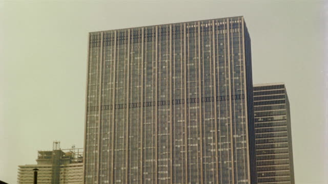 vidéos et rushes de 1958 ws td office block and traffic, new york city, new york, usa - office block exterior
