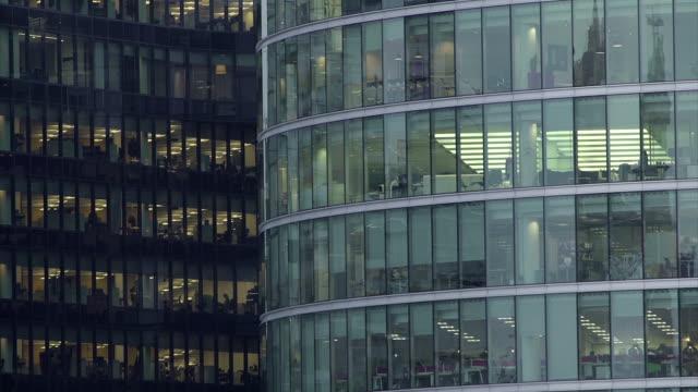 büro in der nacht – 25 häuserblocks - office block exterior stock-videos und b-roll-filmmaterial