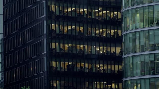 office-block bei nacht - 26 - office block exterior stock-videos und b-roll-filmmaterial