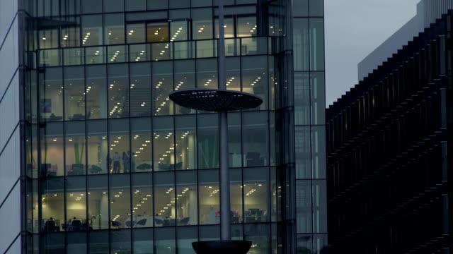 büro in der nacht – 28 häuserblocks - office block exterior stock-videos und b-roll-filmmaterial