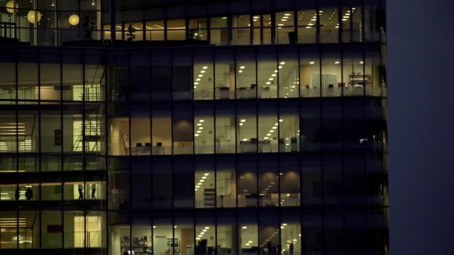 office-block bei nacht - 40 - office block exterior stock-videos und b-roll-filmmaterial