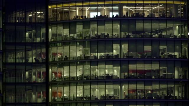 office-block bei nacht - 42 - office block exterior stock-videos und b-roll-filmmaterial