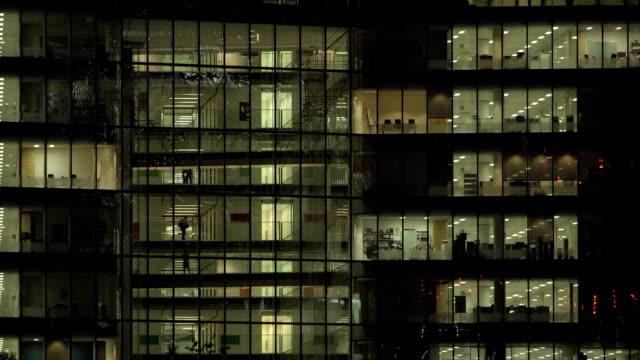 office-block bei nacht – 46 - office block exterior stock-videos und b-roll-filmmaterial