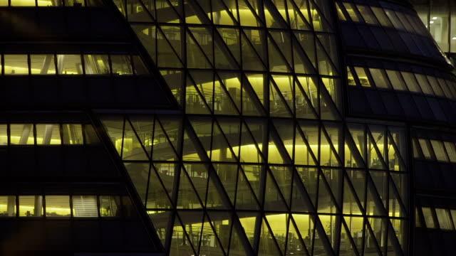office-block bei nacht - 50 - office block exterior stock-videos und b-roll-filmmaterial