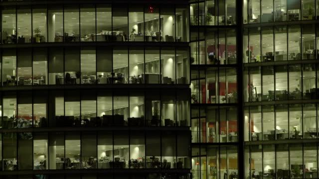 office-block bei nacht - 51 - office block exterior stock-videos und b-roll-filmmaterial