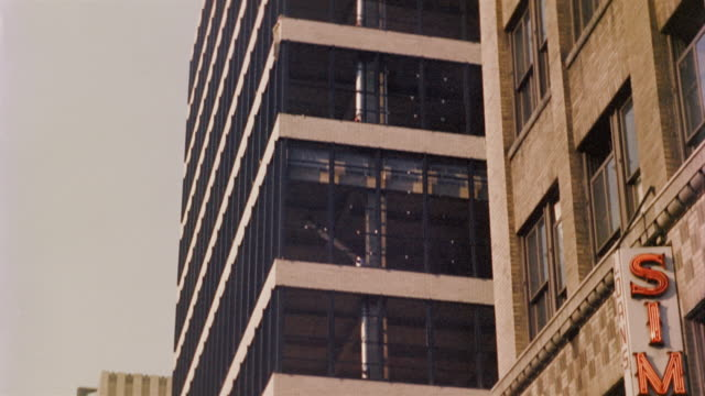 1958 ms tu office block exterior in 47th st., new york city, new york, usa - office block exterior stock-videos und b-roll-filmmaterial