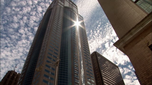 la, office building against sky - ローアングル点の映像素材/bロール