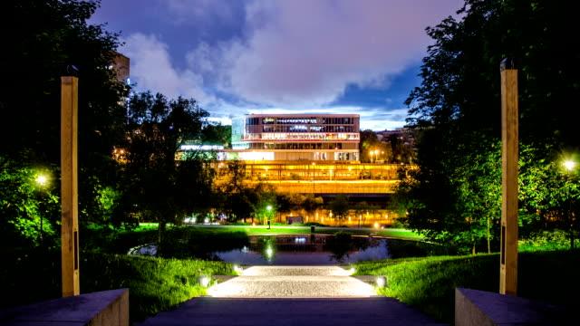 stockvideo's en b-roll-footage met office building at night time lapse - hoofdkantoor