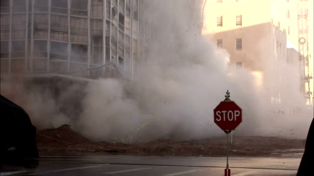 vídeos de stock e filmes b-roll de ws office building in city is demolished in controlled implosion using explosives / midland, texas, usa - tempo real