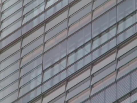 bürogebäude-zoom out - fensterfront stock-videos und b-roll-filmmaterial
