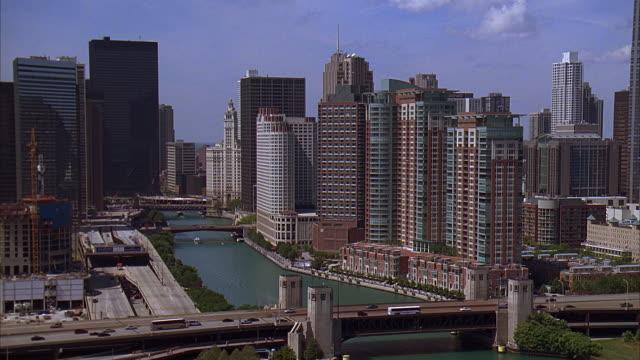 vídeos y material grabado en eventos de stock de ms, ha, office buildings and bridges, chicago, illinois, usa - edificio wrigley