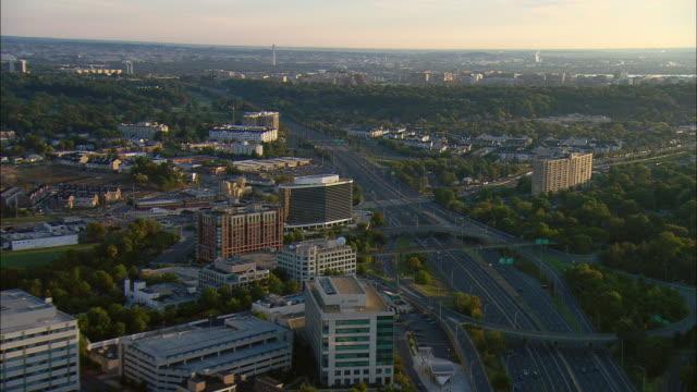 vidéos et rushes de aerial office buildings and hotels along i-95, washington monument visible in distance, alexandria, virginia, usa - alexandria virginie