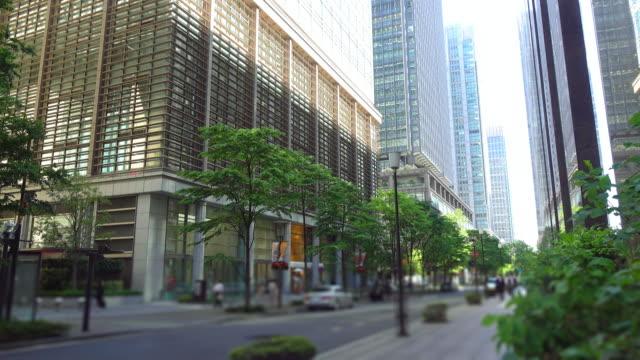 オフィスビルと 道路 -4 k - 歩道点の映像素材/bロール