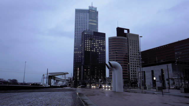 stockvideo's en b-roll-footage met office buildings at dusk with traffic, rotterdam, the netherlans - schemering
