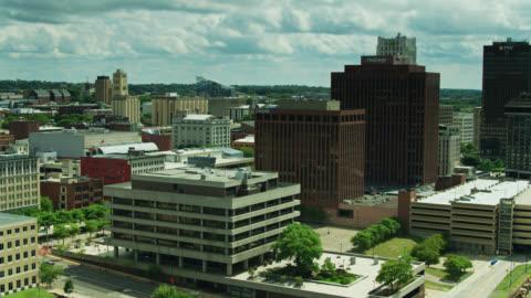 vidéos et rushes de immeubles de bureaux dans le centre-ville d'akron, ohio - ohio