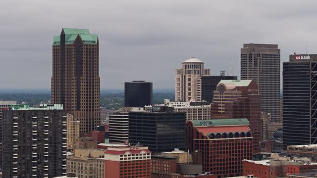kontorsbyggnader i downtown st louis på en molnig dag - aerial shot - saint louis bildbanksvideor och videomaterial från bakom kulisserna