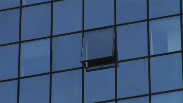 hd: uffici edifici - zoom out video stock e b–roll