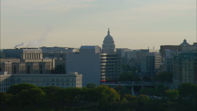vidéos et rushes de low aerial office buildings with u.s. capitol building in background, washington d.c., usa - style néoclassique