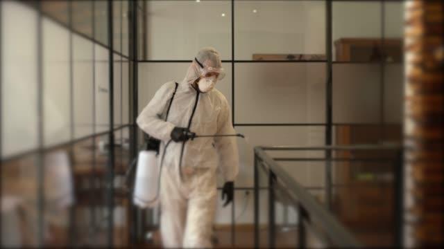 vídeos de stock, filmes e b-roll de desinfecção do escritório durante pandemia covid-19 - limpando atividade móvel