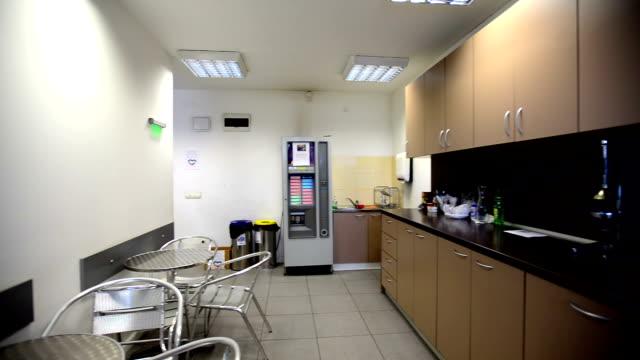 ドリー ショット オフィスのキッチン - 電子レンジ点の映像素材/bロール