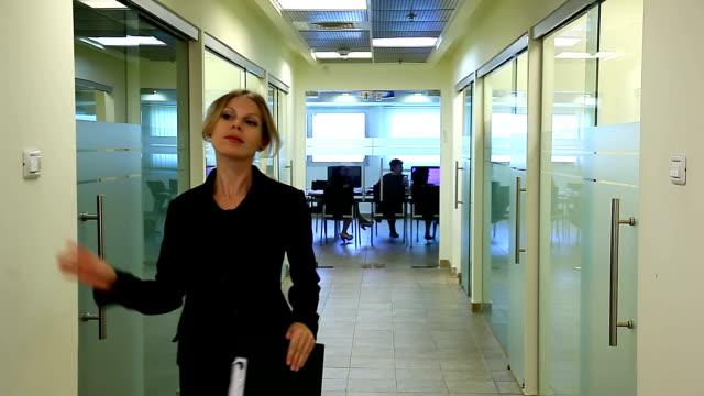 vídeos de stock e filmes b-roll de escritório vida. fim do dia de trabalho - acabar