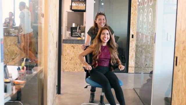 stockvideo's en b-roll-footage met office party - bureaustoel