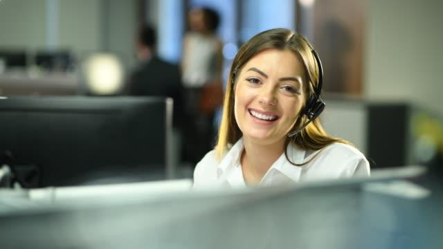 vídeos de stock, filmes e b-roll de recepcionista de escritório - agente de atendimento ao cliente