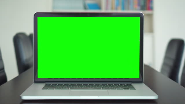 vídeos de stock e filmes b-roll de office shot of green screened laptop screen on desk - dolly shot