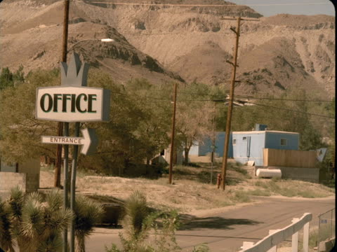 ws, ha, office sign at dirt road, trailer home and mountains in background, tonopah, nevada, usa - trailer home stock videos & royalty-free footage