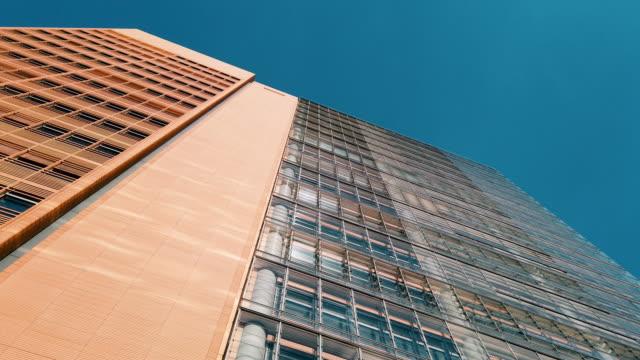 vídeos de stock e filmes b-roll de office skysrapers in the sun - alemanha