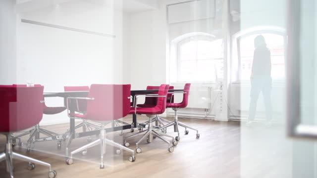 vídeos de stock e filmes b-roll de office, start-up or agency. entrepreneur working. on the phone. - sala de conferência